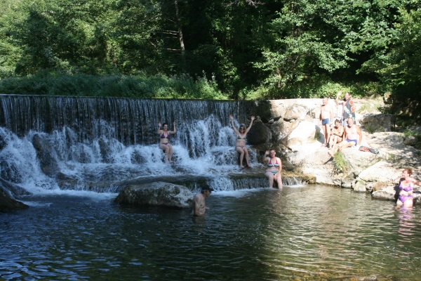 Moments de pur plaisir dans la fraîcheur de la rivière