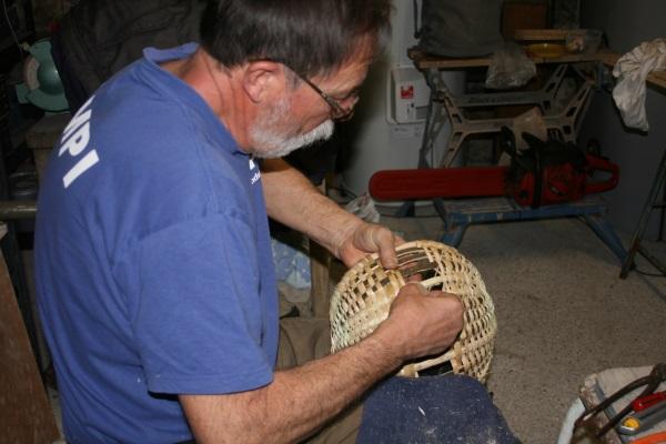 Robert ,bien au chaud ,dans l'atelier, continue patiemment le panier (dehors il neige)