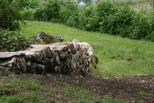 Confection d'un muret de pierres sèches pour accéder au bûcher