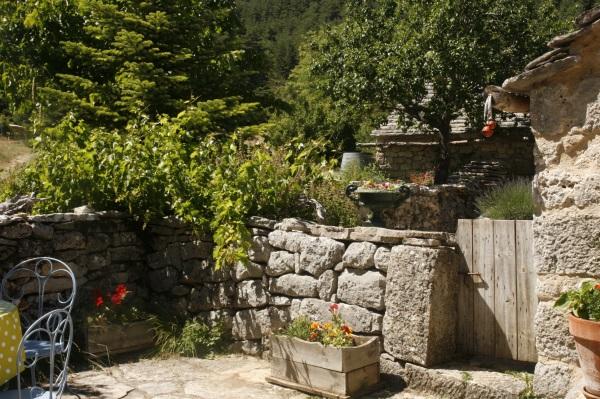La végétation est luxuriante sur les pierres sèches